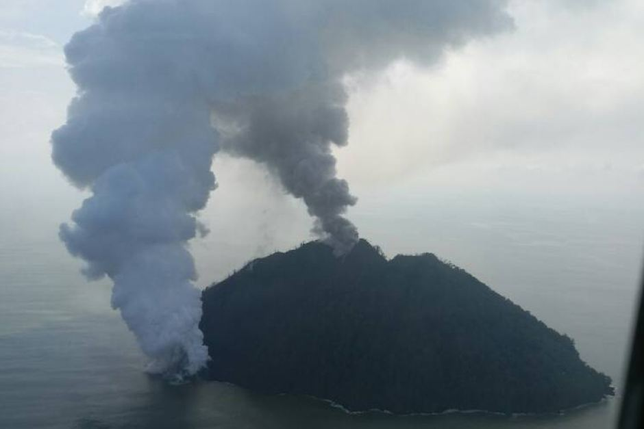 Plumes of smoke from Kadovar Island continued billowing into the weekend.  Supplied: Office of East Sepik Governor