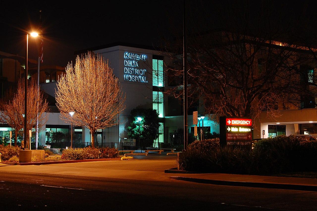Kahweah Delta hospital at night By User-David Jordan, CC BY-SA 3.0
